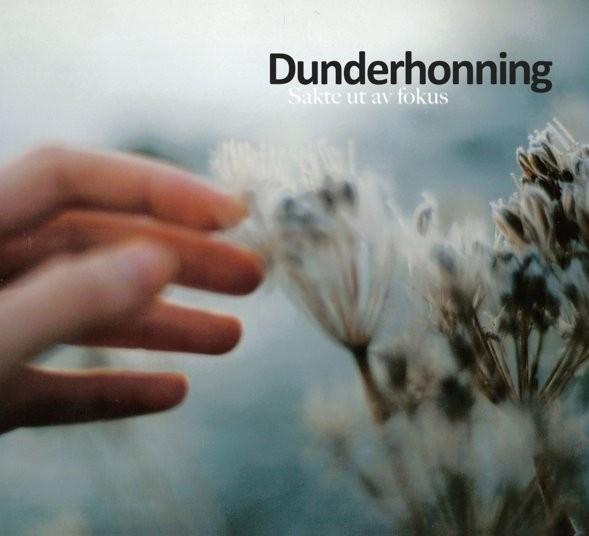 27. september slipper Harstad-bandet Dunderhonning ut sin første fullengder; «Sakte ut av Fokus». Plata er fengende, melodiøs og er av den energiske, indierock-typen med tøffe og bråkete gitarriff. Den er […]